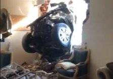 سيارة طائشة تخترق جدار منزل بجدة (فيديو)