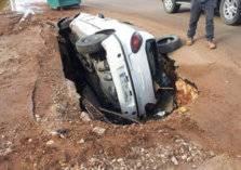 بالصور .. الأرض تبتلع سيارة بشكل غريب!