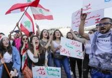 لبنانيون يتهافتون على تخزين السلع.. وقطاعات تدق ناقوس الخطر!