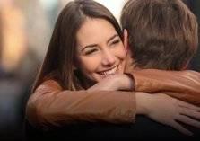 العناق .. أفضل طريقة لحل الخلافات الزوجية!
