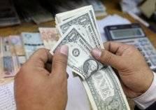 في لبنان..أصحاب الدولارات يخسرون 33% من أموالهم!