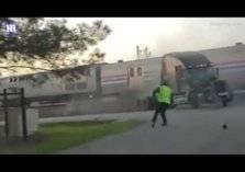 فيديو مرعب.. لحظة اصطدام قطار ركاب بشاحنة!