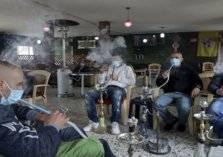 في فلسطين.. تدخين النرجيلة من الكمامة!