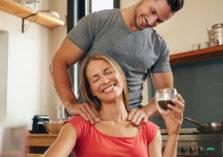للرجل الأربعيني.. كيف تشعل فتيل الغرام مع شريكتك؟
