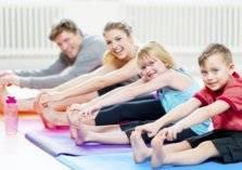تمارين عائلية مناسبة لجميع الأعمار في المنزل