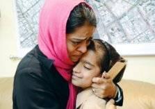 شاهد .. لقاء مبكي بين أم وابنتها في مطار دبي