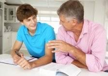كيف تعود ابنك المراهق على قواعد التباعد الاجتماعي؟