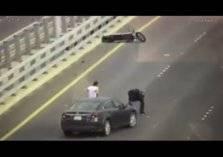 شاهد.. لحظة دهس دبلوماسي أمريكي على جسر جابر في الكويت
