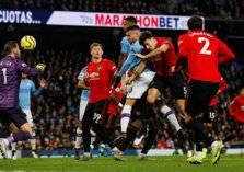 شاهد .. لاعب يتبول على أرض الملعب أثناء المباراة