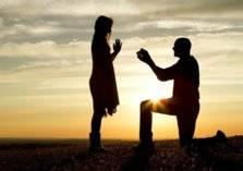 يطلب الزواج من حبيبته فوق أخطر المنحدرات (صورة)