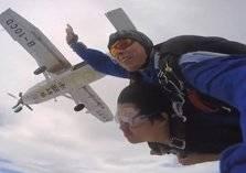 بالصور: شاب يتحدى الإعاقة بالطيران الحر والغوص في الأعماق