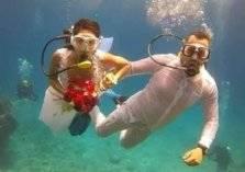 بالصور: حفل زواج في أعماق البحر
