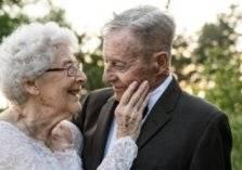 بالصور: يحتفلان بعيد زواجهما الـ 60 بملابس زفافهما