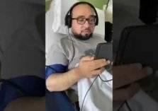 شاهد.. معلم سعودي يدرس طلبته أثناء جلسة غسيل الكلى
