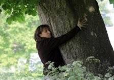 شاهد .. حضنت شجرة 10 ساعات فدخلت موسوعة جينيس