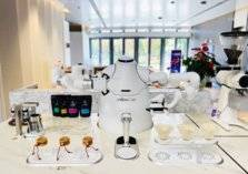 في عصر كورونا .. روبوت مذهل يصنع القهوة ويقدمها