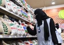 رفضاً للبطالة.. أم سعودية وبناتها الجامعيات يعملن في بقالة (فيديو)