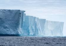 شاهد.. انفصال كتلة عملاقة من أكبر جبل جليدي في العالم