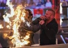 """مشهد صادم.. أورتن يشعل النار بـ """"ذا فيند"""" في الحلبة"""