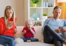 إدمان الآباء على التكنولوجيا يؤثر على رفاهية الأطفال .. كيف؟