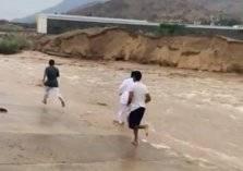 شاهد.. مواطن سعودي يغامر بحياته من أجل انقاذ طفل جرفته السيول