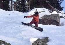 مشهد يحبس الأنفاس.. نجاة متزلج من انهيار جليدي ضخم