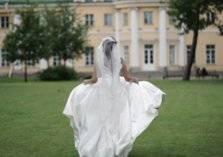 عروس تهرب من حفل زفافها..والسبب فستانها!