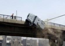 فيديو يحبس الأنفاس.. سقوط سيارة من ارتفاع 70 قدماً ونجاة السائق