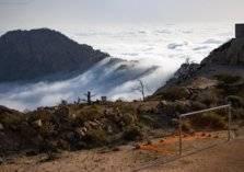 ملعب كرة قدم معلق فوق قمم الجبال في السعودية – صور