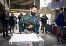"""""""شاهد"""" ميسي ونجله يدلون بأصواتهم في انتخابات رئاسة برشلونة"""