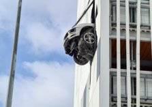"""ما حقيقة """"صورة"""" سيارة بورش المعلقه في الطابق الثالث؟"""