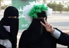 شاهد.. امرأة في السعودية تحتفل بطلاقها بالزينة والزغاريد