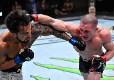 """""""شاهد"""" مقاتل يتعرض لأغرب إصابات في تاريخ  UFC"""