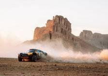 """شاهد.. لحظة انقلاب سيارة متسابقة في سباق """"إكستريم إي"""" السعودية"""