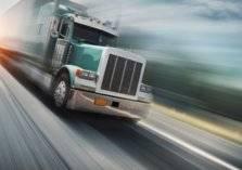شاهد.. مطاردة بوليسية لشاحنة تسير بسرعة جنونية عكس الاتجاه