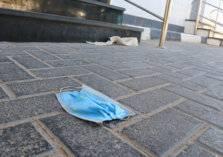 أبوظبي: عقوبة باهضة لمن يلقون الكمامة في الشارع