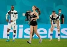بالصور: فتاة تقتحم ملعب مباراة بلجيكا وفنلندا