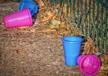 ماذا يحدث لجسمك عند الشرب بأكواب بلاستيكية؟