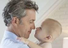 دراسة تنصح الرجال بعدم الإنجاب بعد الخمسين