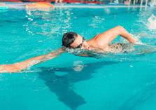 إليك أفضل أساليب السباحة الأكثر حرقاً للدهون