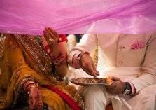 شاهد.. عريسان هنديان يؤديان تمارين الضغط على منصة الزفاف