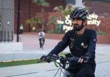 بالصور: حاكم دبي يتجول بدراجته الهوائية في موقع إكسبو
